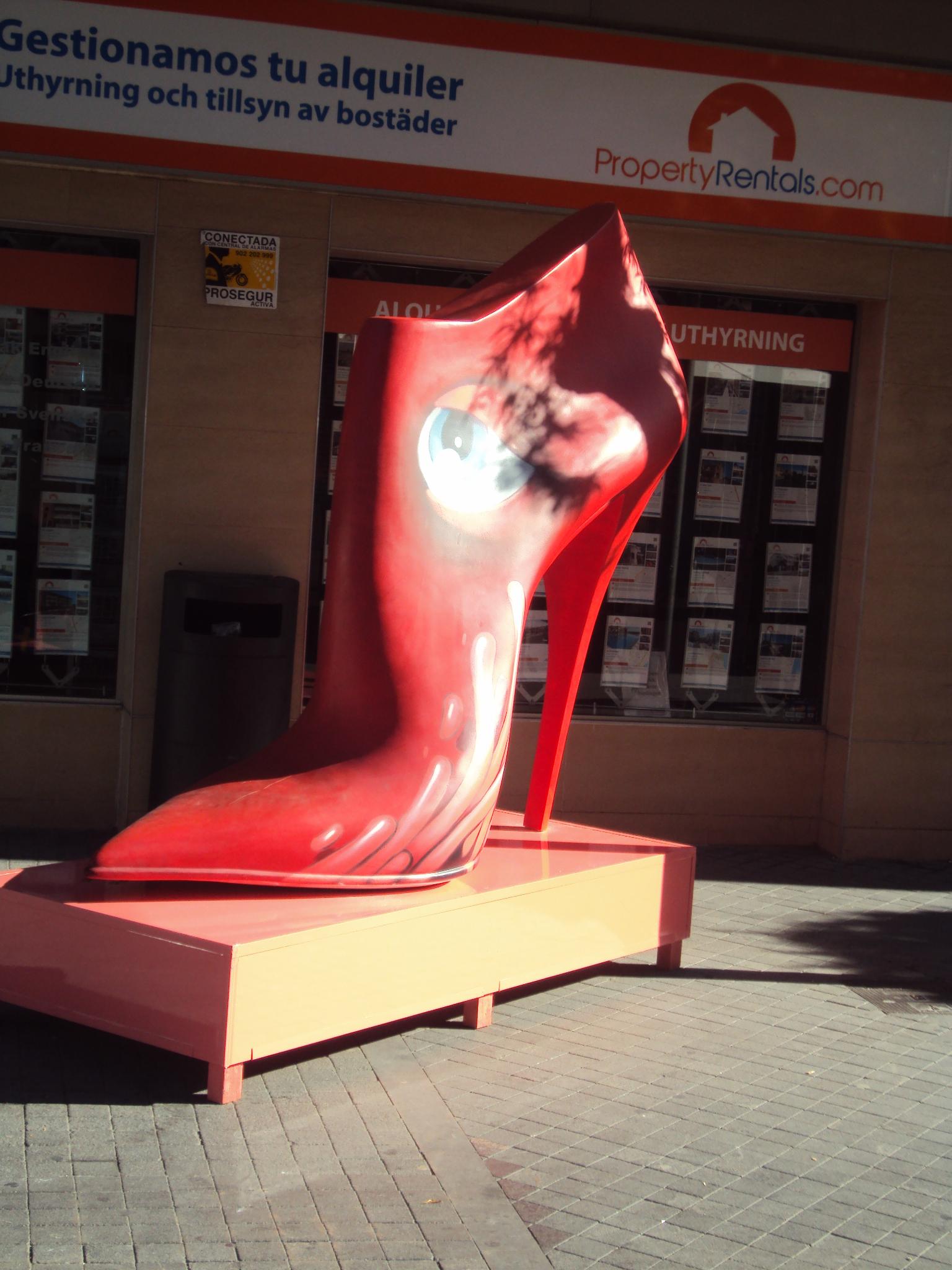 """Hasta el 22 de diciembre permanecerá en Torrevieja la exposición itinerante  de zapatos de tacón gigantes """"Shoes Street Art"""" que ha dado la vuelta al  mundo 5b43c063c4ae4"""