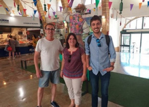 Los ediles Marta Bañuls y Ximo Segarra visitan el Mercat y entablan contacto con los vendedores
