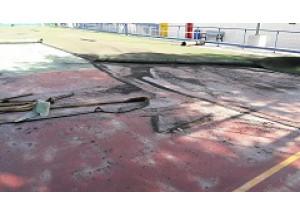 En marxa el canvi de paviment de la pista de futbol de Caramanxell
