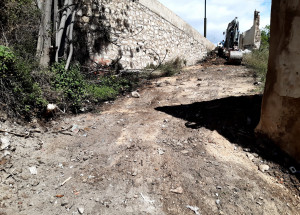 El Ayuntamiento de Alcoy limpia los vertederos de residuos situados bajo de las calles Sant Miquel y mossén Rafel de l'Ave Maria