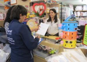 L'alumnat del taller «Et Formem» actualitza la guia comercial de Benicarló